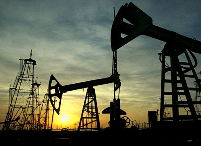 Oil wells in Baku, Azerbaijan: With global energy demand increasing again, Central Asia's energy exporters should see growth rates increase in 2010 (photo: David Mdzinarishvili /Reuters)